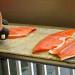 Praca-przy-filetowanie-lososia-w-Finlandii