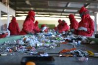 Praca Anglia dla Polaków przy recyklingu od zaraz St Albans na linii produkcyjnej