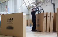 Pracownik fizyczny praca Niemcy przy załadunku rowerów bez języka w Röthlein